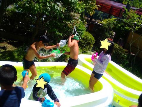 夏はプールで水遊び!