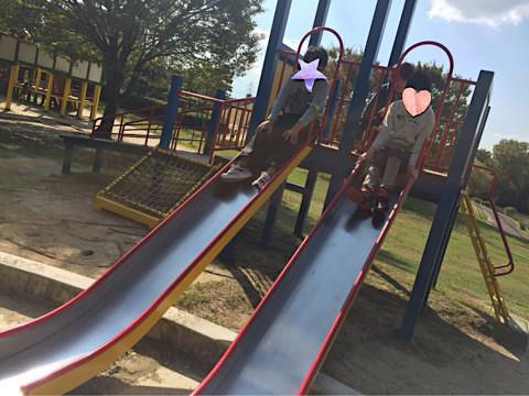 公園では滑り台に挑戦